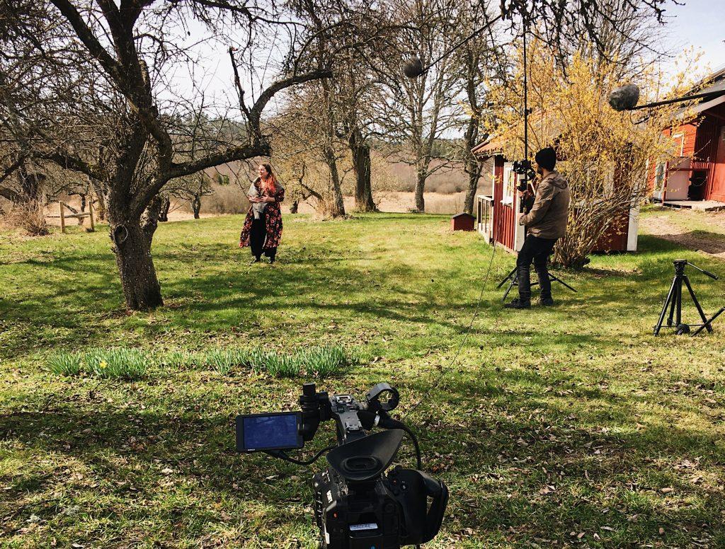 Filminspelning i lantlig trädgård